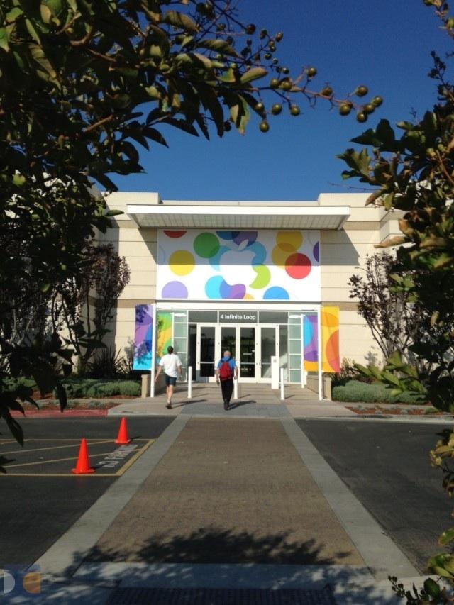Banner und Fahnen vor der Town Hall für die Apple Keynote - iPhone 5S - Bilder - Apple Campus - Cupertino - Hack4Life