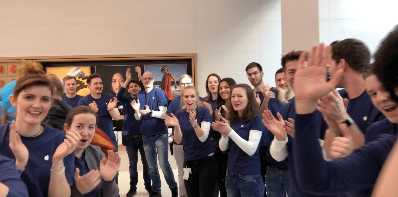 Applaudierende und strahlende Apple Mitarbeiter, Apple Store Kärntnerstraße, Wien, Grand Opening, Hack4Life, Fabian Geissler