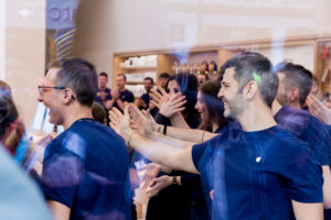 Mitarbeiter im Apple Store proben, Kärntnerstraße, Grand Opening, Hack4Life, Fabian Geissler