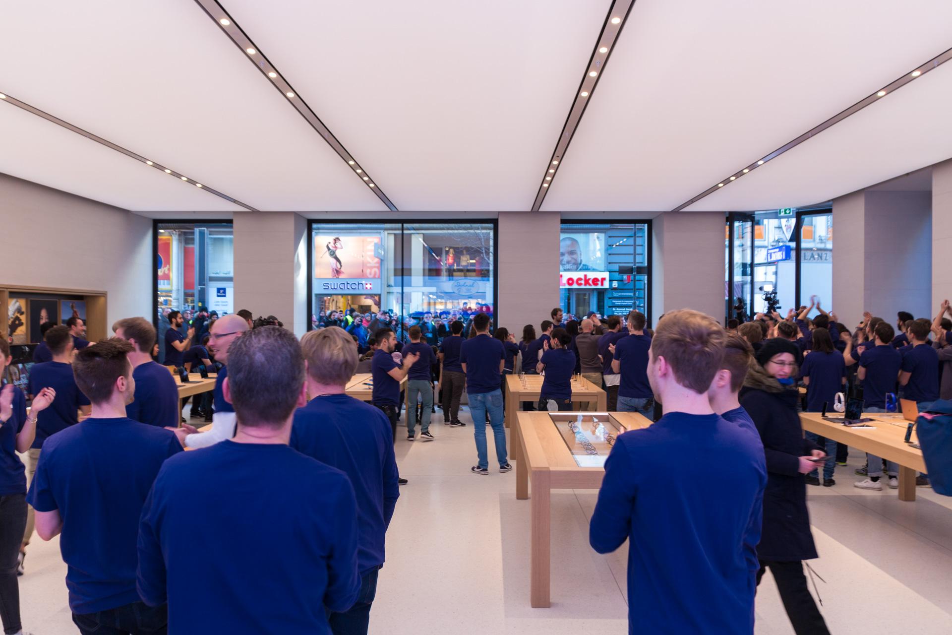 Mitarbeiter empfangen die Besucher, Apple Store Kärntnerstraße, Wien, Hack4Life, Grand Opening, Fabian Geissler