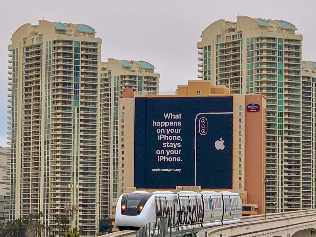 Apple Werbekampagne bei der Monorail Station LVCC, Apple, CES, Las Vegas, Werbekampagne, Monorail Station, Fabian Geissler, Hack4Life