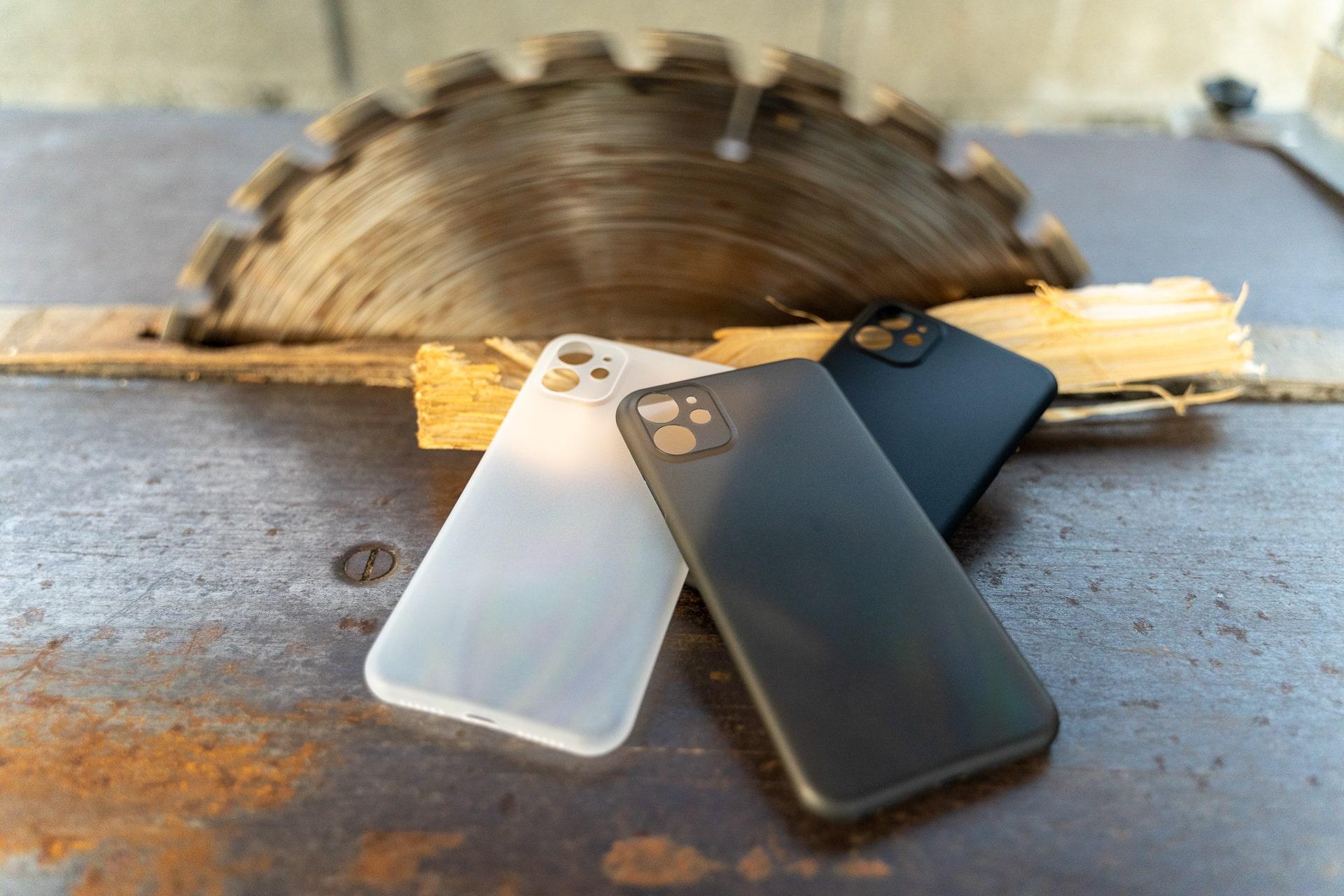 Drei Farben zur Auswahl bei der CellBee Hülle für das iPhone 11 Pro, iPhone Hülle, Metalltisch, Kreissäge im Hintergrund, Holzverarbeitung, Hack4Life, Fabian Geissler, Review, Test