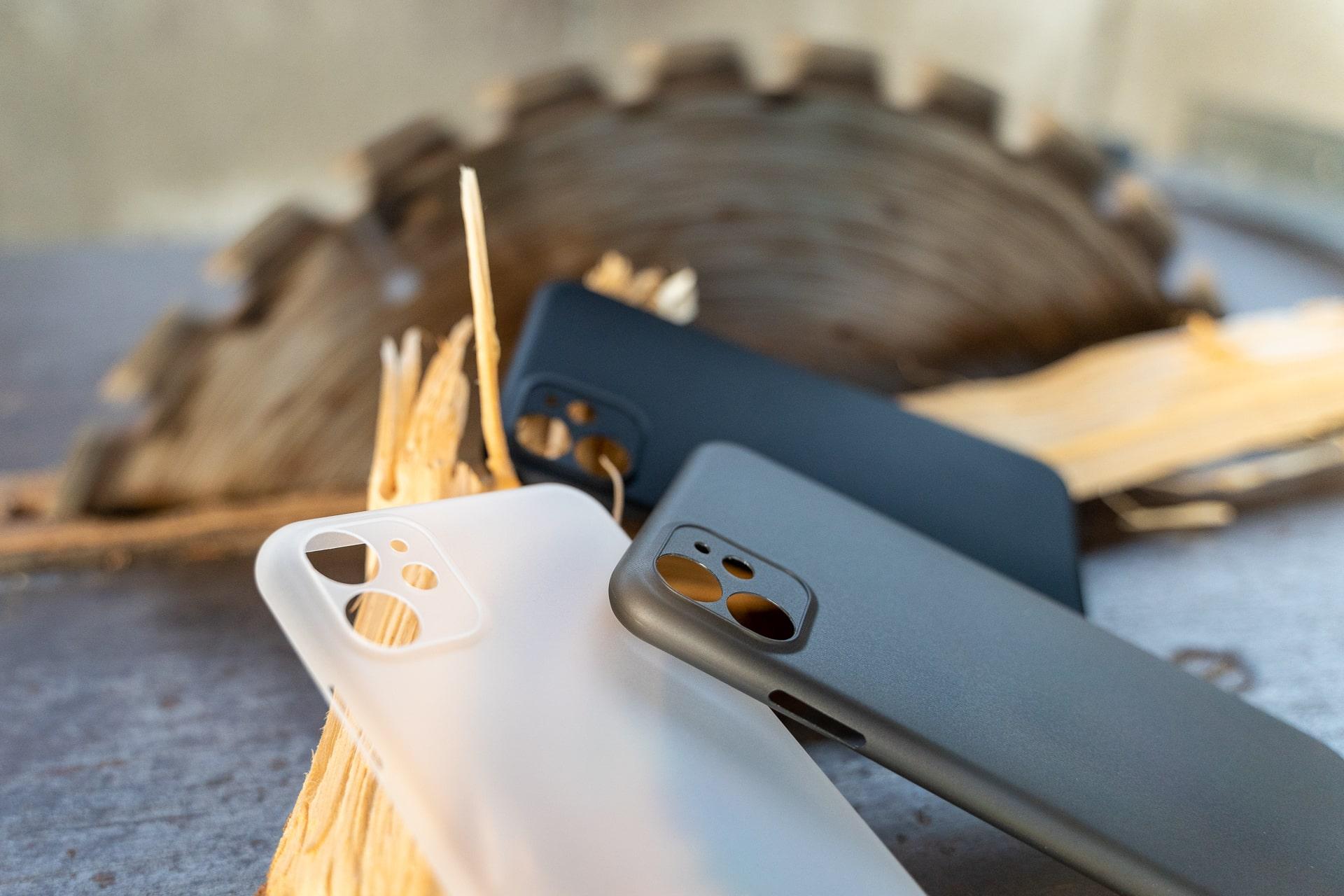 Drei verschiedene Farben der CellBee Hülle für das iPhone 11 Pro Max, Hack4Life, Fabian Geissler, Hülen auf Metalltisch, Kreissäge und Holz im Hintergrund, Test, Review, Meinung zu CellBee