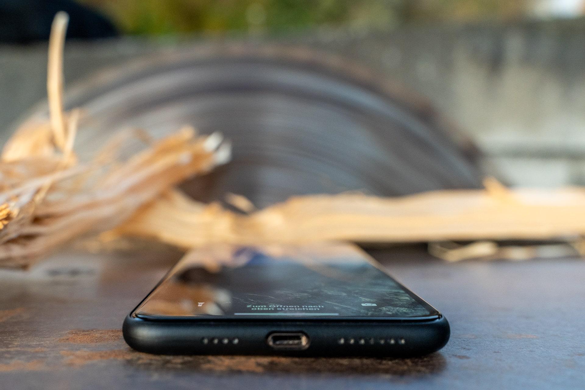 CellBee Ultra Slim Case für das iPhone 11 Pro Max, Fabian Geissler. Hack4Life, Holz, Kreissäge im Hintergrund, Review
