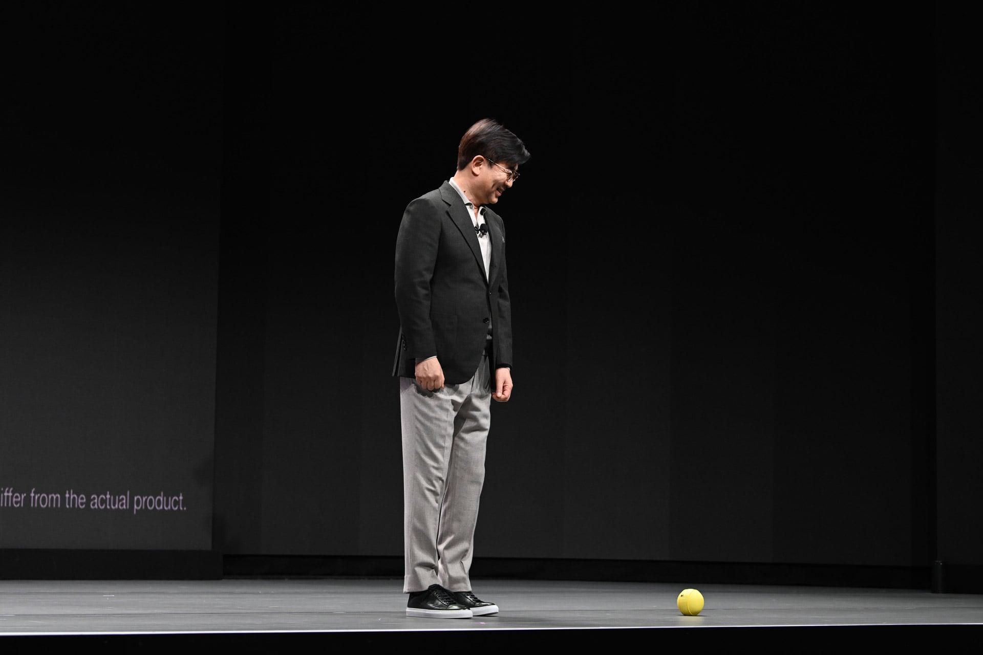 H.S. Kim und Ballie auf der Bühne / Bild: Samsung, Hack4Life, Fabian Geissler,