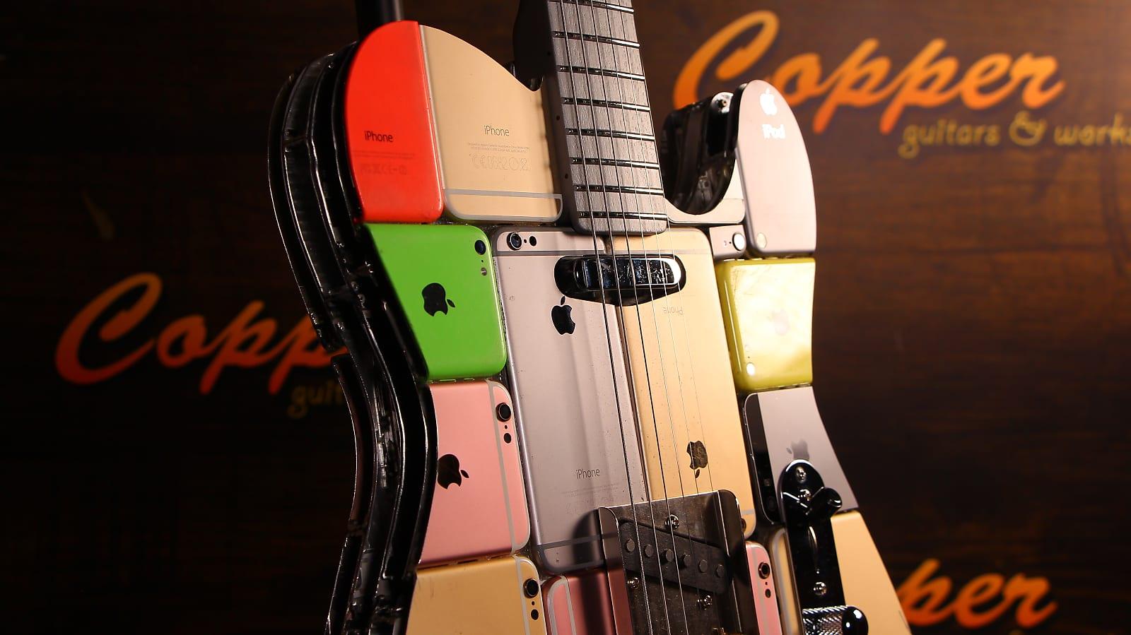 Nahaufnahme der iPhone Gitarre von Copper Guitars / Bild: Copper Guitars/Reverb, Hack4Life, Fabian Geissler, Gitarre bestehend aus iPhones